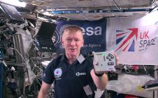 L'astronaute anglais de l'ESA, Tim Peake, avec un ordinateur Astro Pi à bord de l'ISS