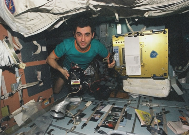 Aboard Mir in 1998 during the French-Russian Pégase mission. Crédits : CNES