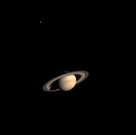 Saturne et son satellite Titan, petit point brillant en haut à gauche. Crédits : ESA/NASA/ASI.