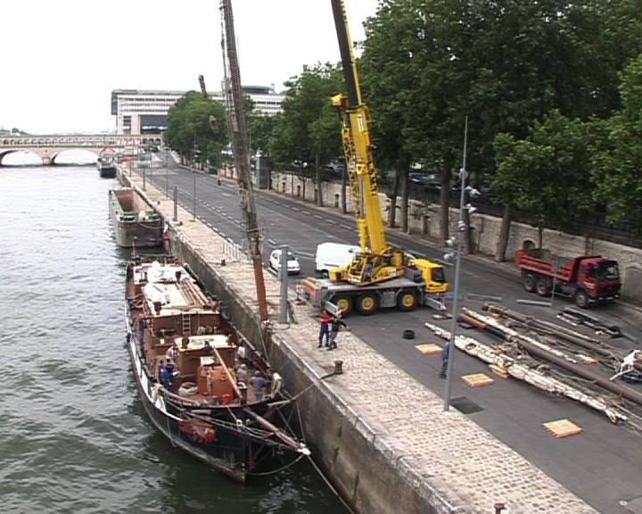 Dématage de la Boudeuse, quai François Mauriac, à Paris, le 28 mai 2009. Crédits : CNES.