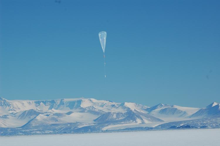 Lâcher du dernier ballon stratosphérique surpressurisé lors de la campagne Vorcore à McMurdo. Crédits : CNES/P. Cocquerez.