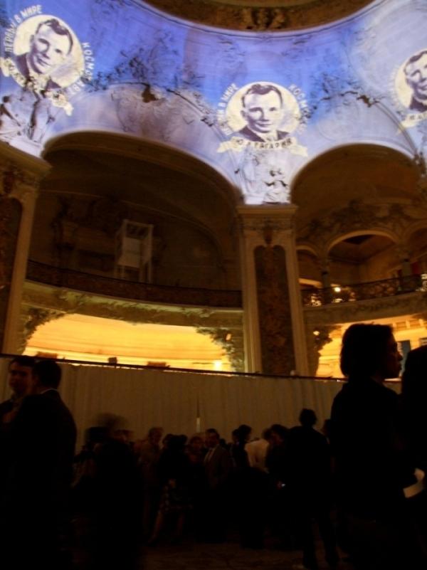 Performance VJing sur les murs du hall d'entrée du Palais de la découverte. Crédits : CNES.