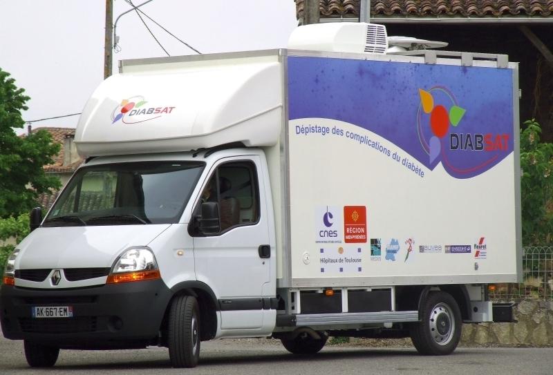 Le camion de dépistage itinérant DIABSAT dans un village de la Région Midi-Pyrénées. Crédits : CNES.