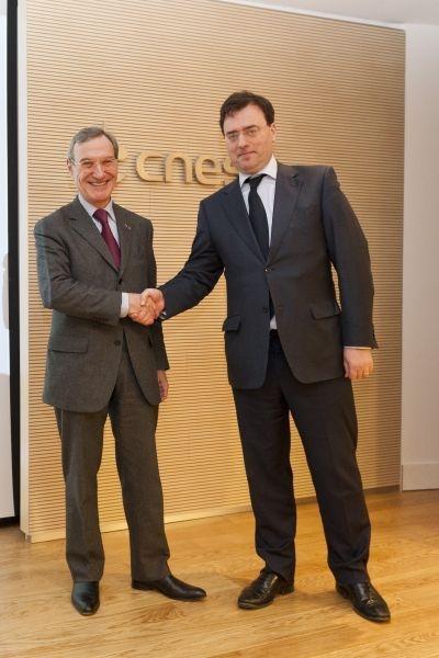 Signature du partenariat entre la président du CNES, Yannick d'Escatha, et le président directeur général de Sanofi Pasteur, Olivier Charmeil, le 6 février au siège du CNES, à Paris. Crédits : Sanofi Pasteur / Jean Fotso.
